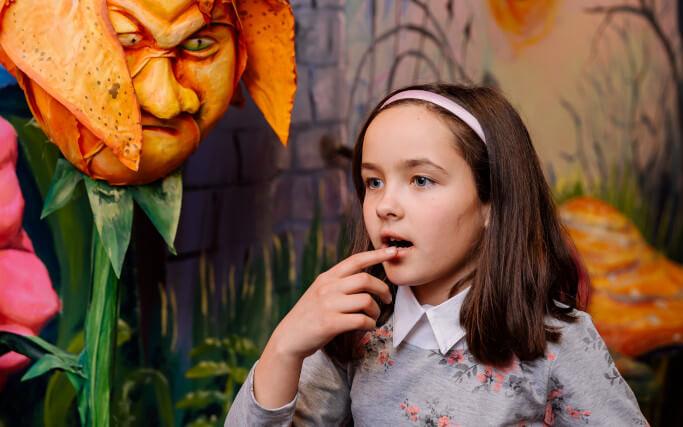 дівчинка у квест-румі